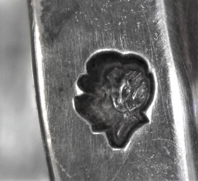 Poinçon de décharge (tête de paysanne), en bordure de verseuse