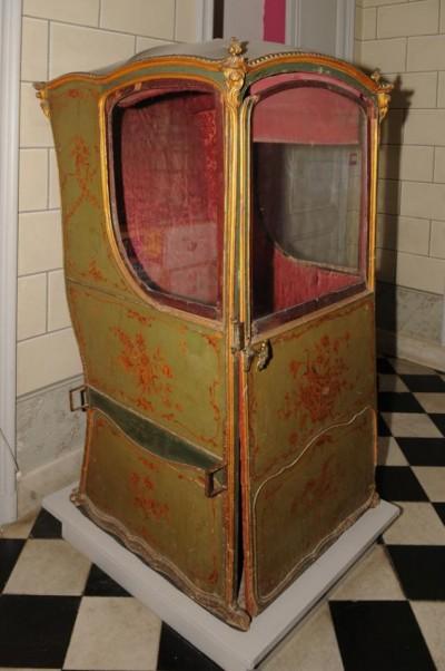 Chaise à porteurs provenant de l'ancien hôtel Lombard de Gourdon (Musée de Grasse)