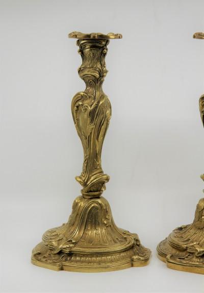 Flambeaux en bronze doré de style Louis XV - XIXe, d'après Juste-Aurèle Meissonnier
