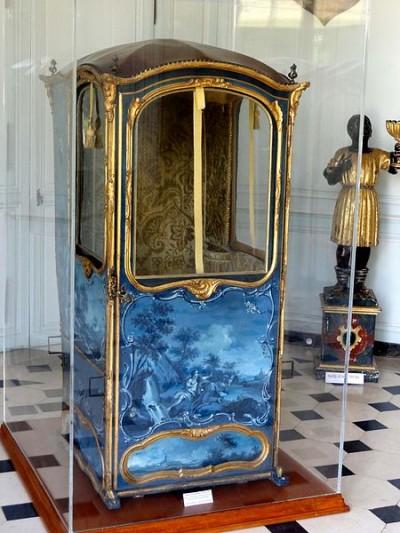 Chaise à porteurs du château de Villarceaux (France, Val d'Oise), tapissée du même velours d'ameublement que notre exemplaire.